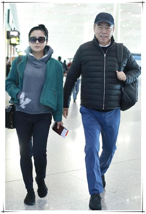 陈红不服老!49岁戴19岁少女发带走机场,网友:脸垮了有啥用?