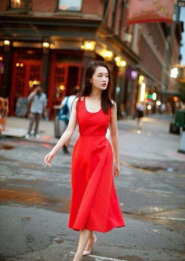 李沁在红裙肩带剪个破洞,普通的裙子就变时髦了,果然会穿!