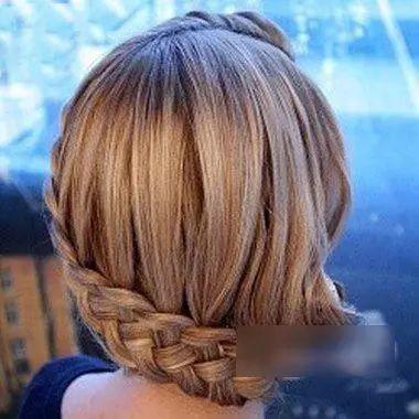 打理好的中短发鱼尾辫编发发型,做成编盘发更有气质.
