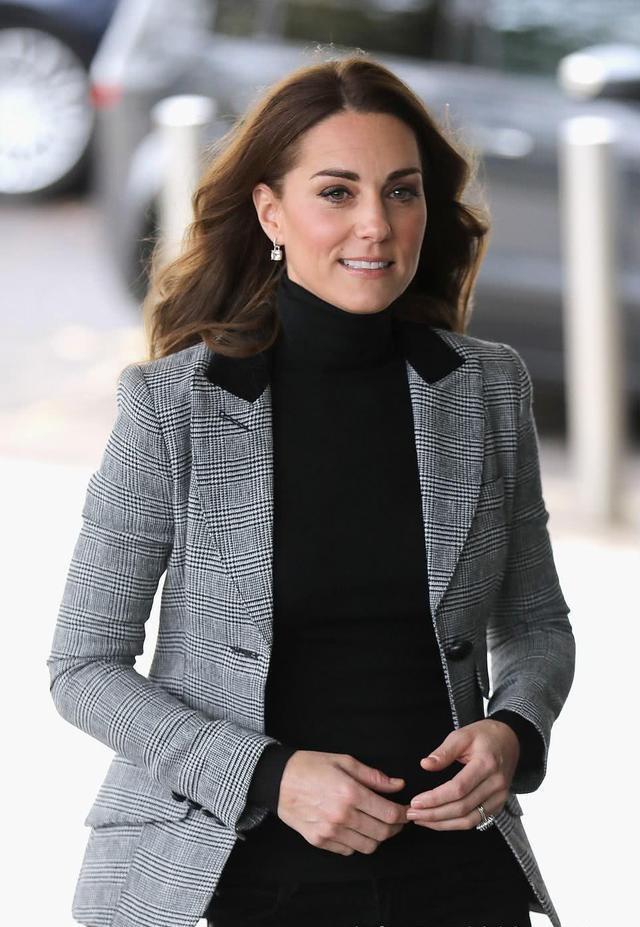 凯特王妃终于穿新衣服,格子外套搭牛仔裤,一点不像三个孩子的妈