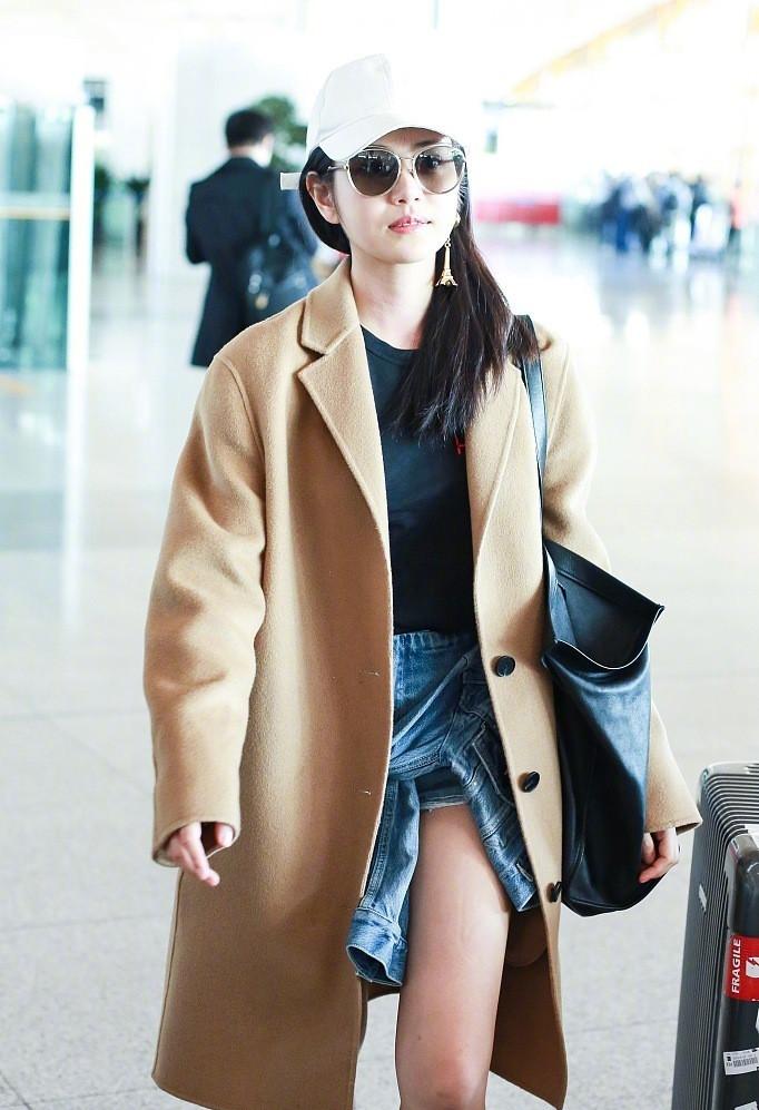 陈妍希难得现身,驼色大衣配超短裤,当看到她露出的腿后我无语了