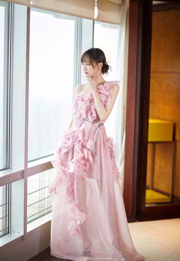 唐嫣穿纱裙很甜美,可裙摆下缺点很明显,网友:你以为我看不见吗
