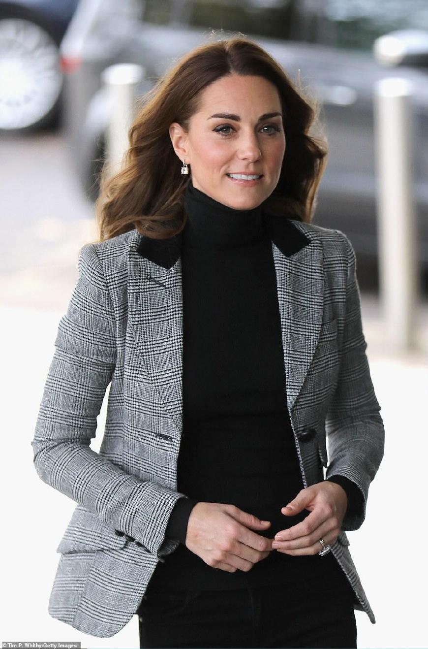 凯特王妃竟模仿梅根!5千格子外套纸片人身材,脸上比梅根嫩好多