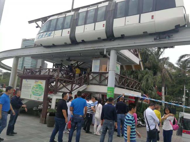 深圳华侨城欢乐谷列车相撞致2人受轻微擦伤