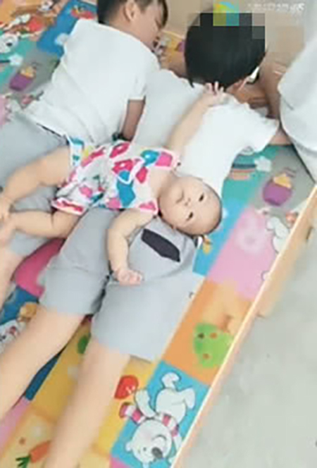 三胞胎哥哥在玩手機,1歲妹妹過去後,哥哥們的反應太暖心,讓人羨慕