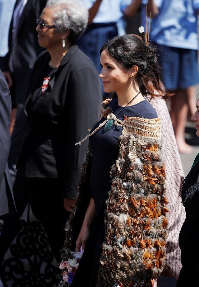 梅根這是怎麼了,身上穿著雞毛毯子出席活動,真讓人啼笑皆非