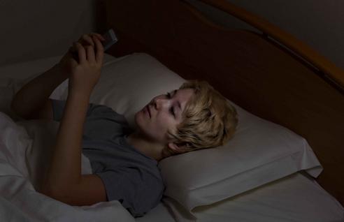 關燈後玩手機的3個危害,你別不當回事,嚴重可致失明!