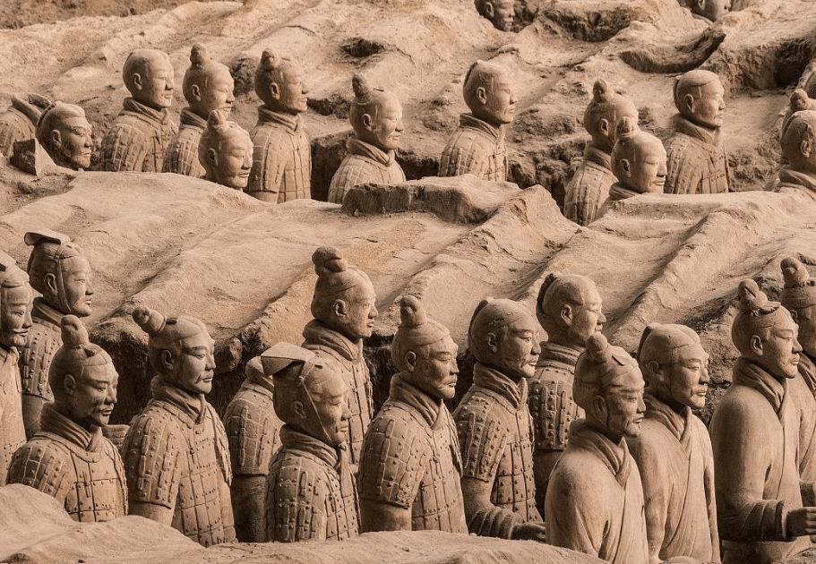 去参观兵马俑时,导游会提醒游客最好不要一起合影,为什么呢?