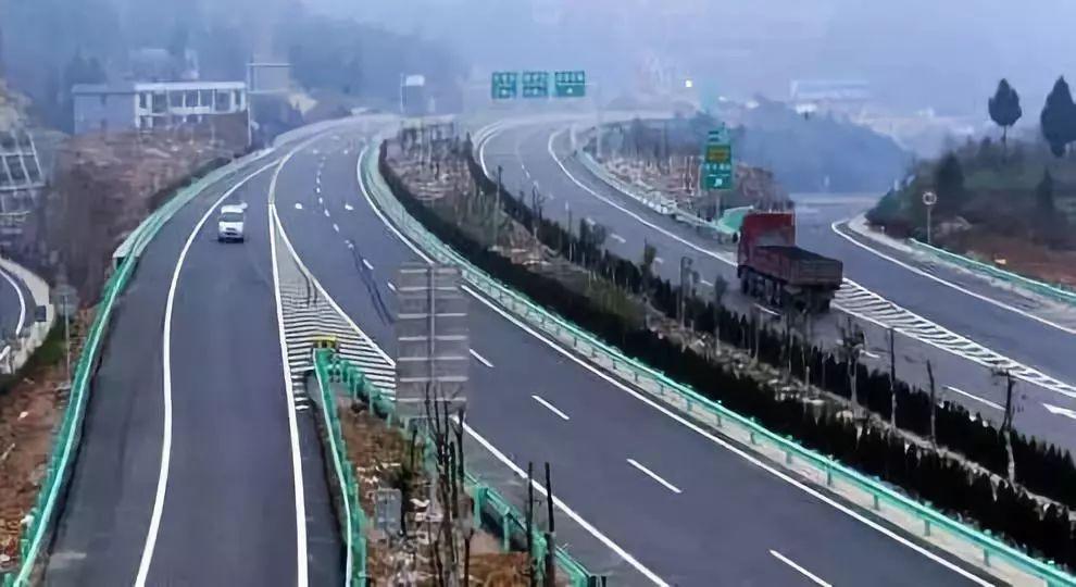 经广元市苍溪县至巴中市巴州区,东接巴中至广安至重庆高速公路梁永