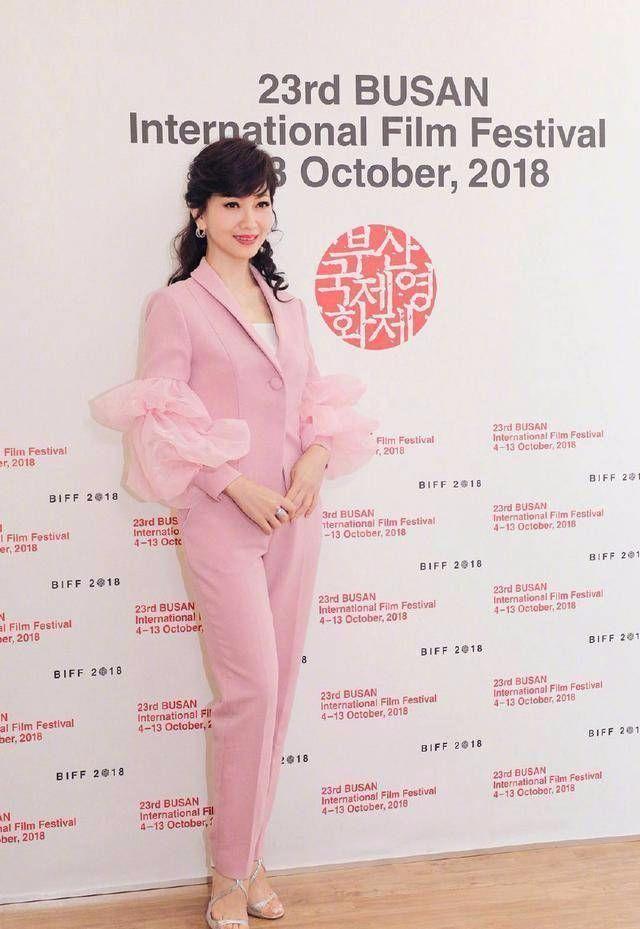 """不老女神赵雅芝穿粉色裙子""""装嫩"""",说她30我也信呀!"""