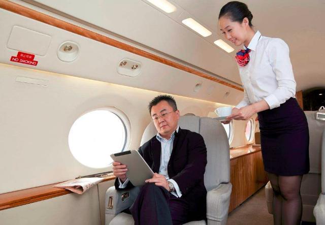 在飞机上想搭讪空姐,叫小姐肯定不合适,需要怎么称呼比较好呢?