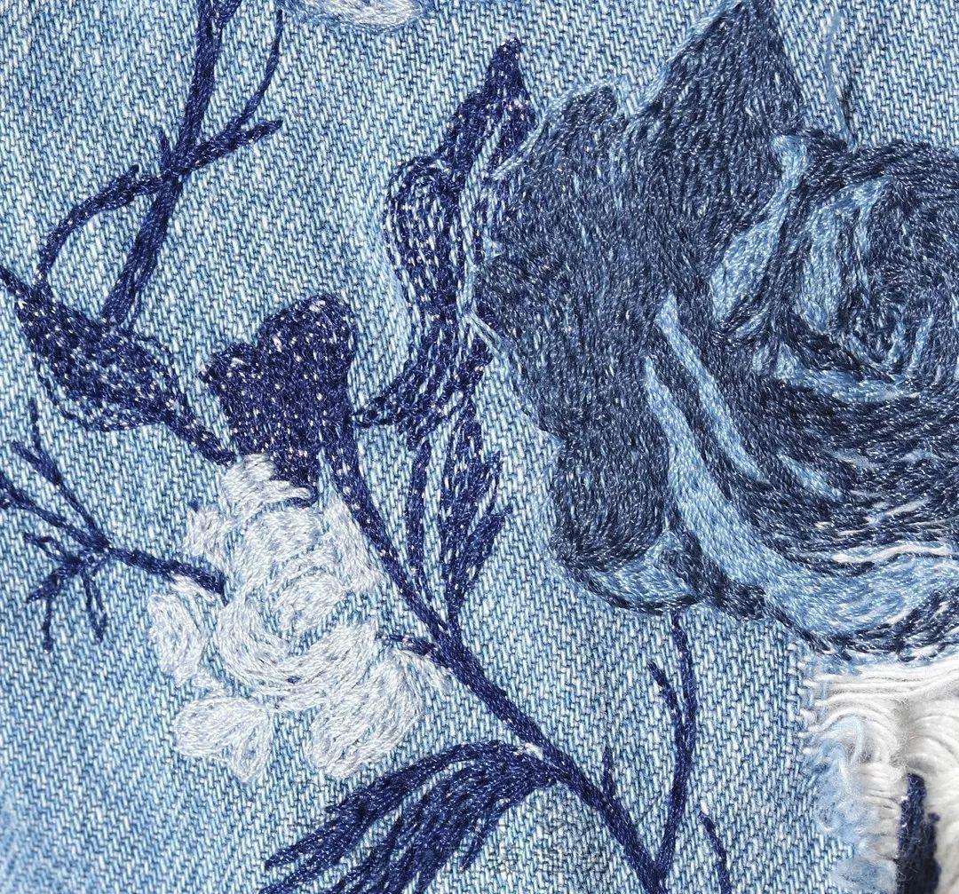 像波浪一样的花样精致设计在肩袖上,立马让衣型呈现出特别的立体感