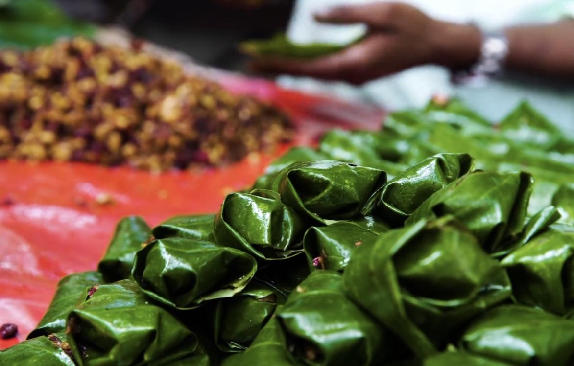 不愧是开挂的民族,将燃烧的小吃塞进嘴里,竟风靡印度街头