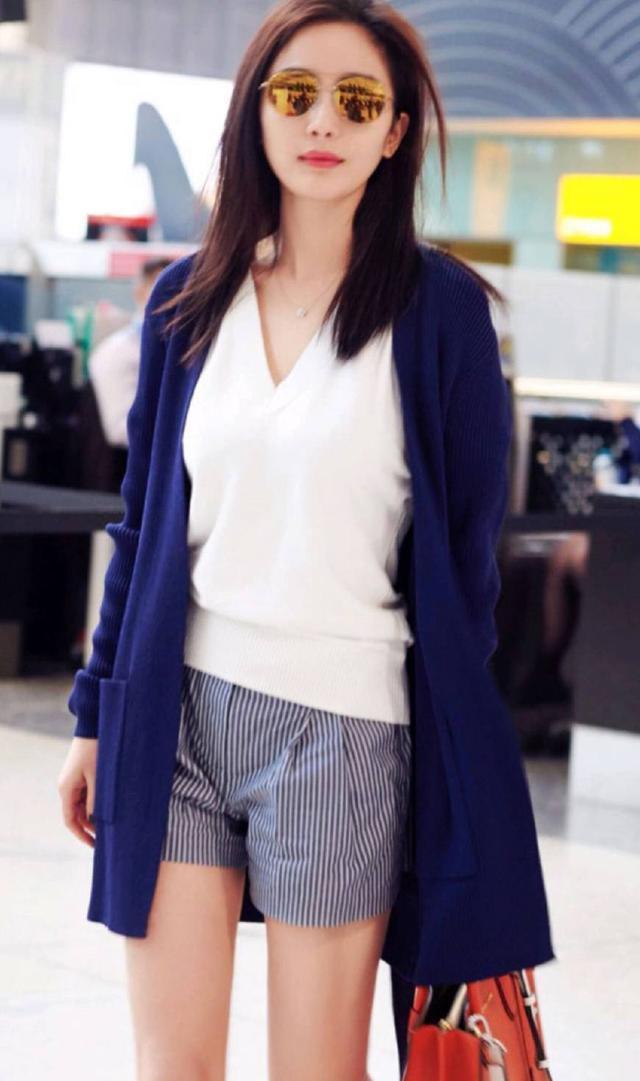 杨幂机场穿毛织蓝色开衫,美出新高度,只是裤子这样穿你不冷吗