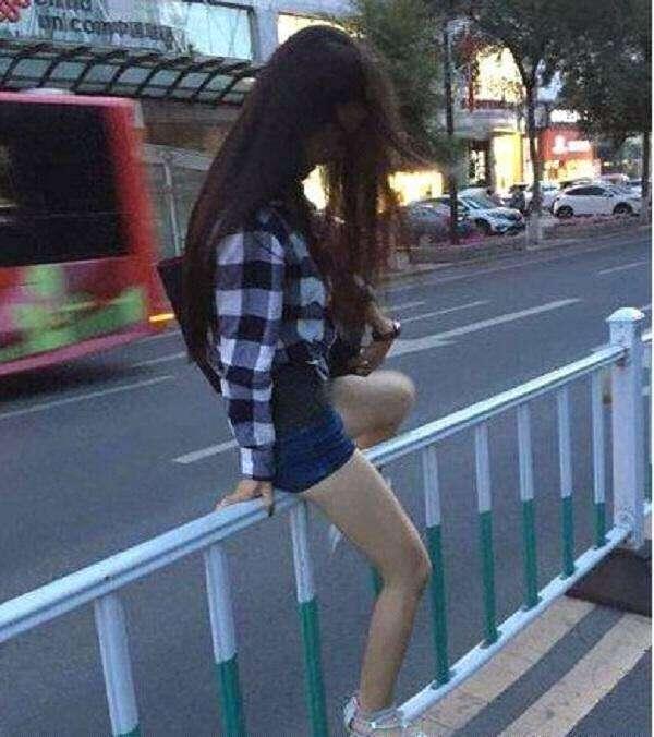 搞笑GIF图 妹子,你很任性啊,横穿马路不说,还敢跨栏,真是厉害了