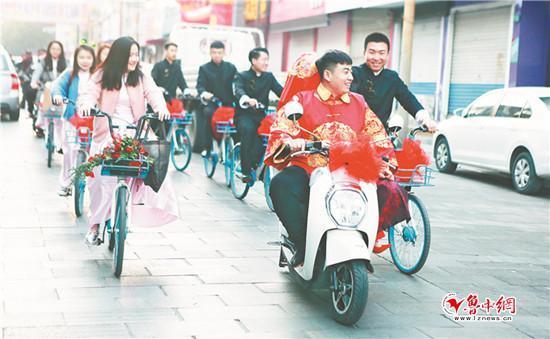 没有豪车、婚纱礼服 淄博男子共享单车迎新娘
