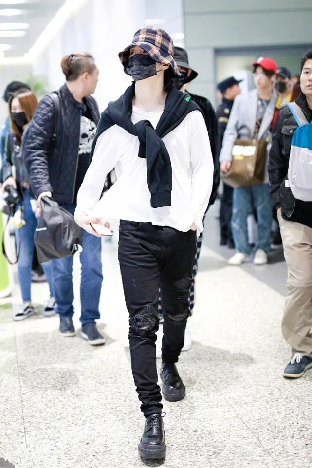 范丞丞一身黑白配现身,头上的格子渔夫帽抢镜,戴上更时髦!