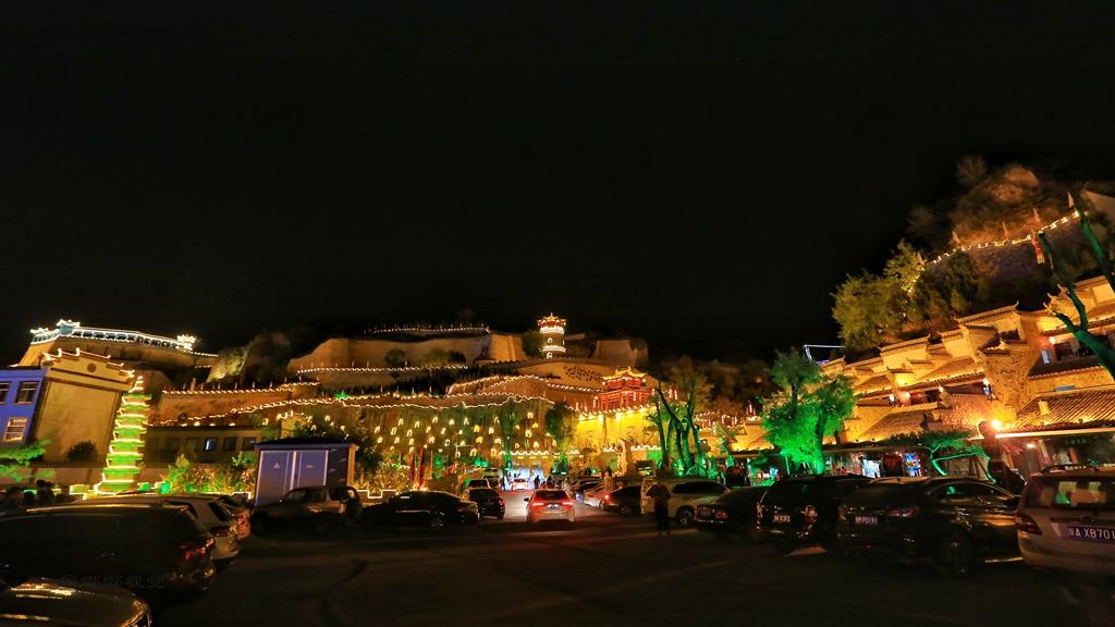 色人故影院_五颜六色的灯光映射出古城的魅力;庆州皮影民俗表演引来许多人围观