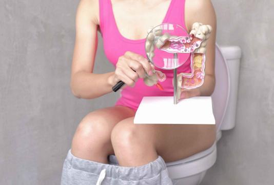 """蹲厕所时,出现这3种""""反常""""现象,别忽视,可能是肝脏出了""""故障""""!"""
