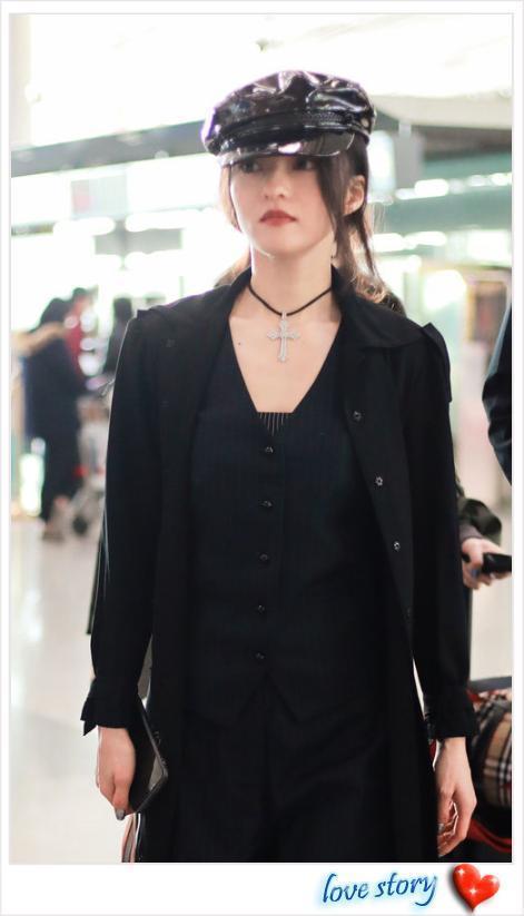 张韶涵终于换新造型,黑衣配红唇女人味爆棚,美起来真不低调