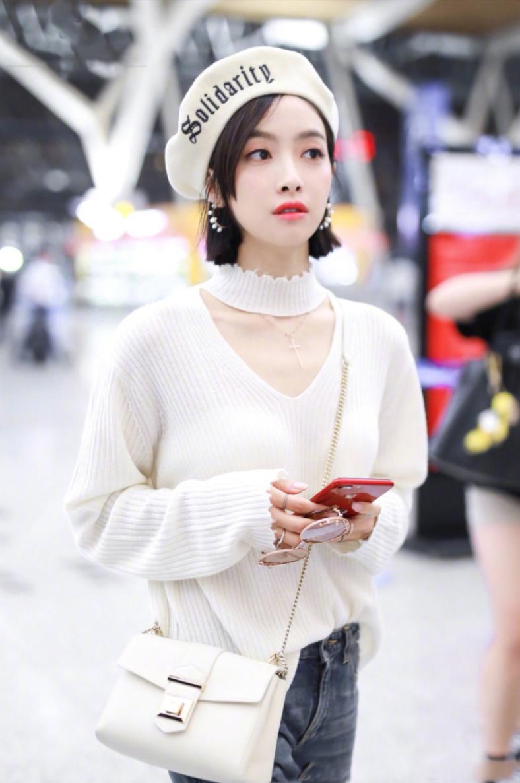 宋茜现身上海机场,白色毛衣搭配贝雷帽,俏皮可爱,白眼翻得满分