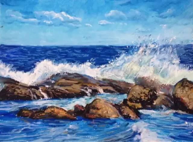 海浪使劲拍打着礁石