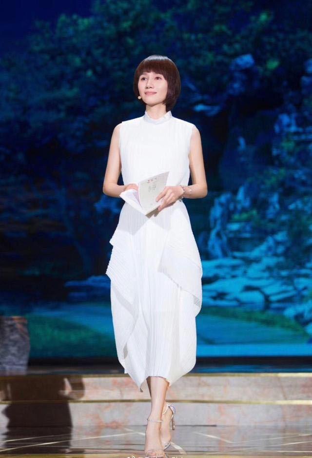 袁泉与马伊琍仅仅只相差一岁,同穿白色连衣裙,谁的气质更好?