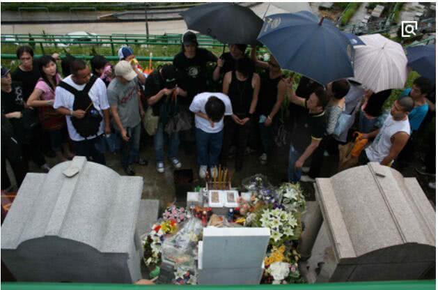 黄家驹葬礼的明星_黄家驹在日本的时候意外从高台上跌落去世,在送殡的时候,粉丝依然不敢