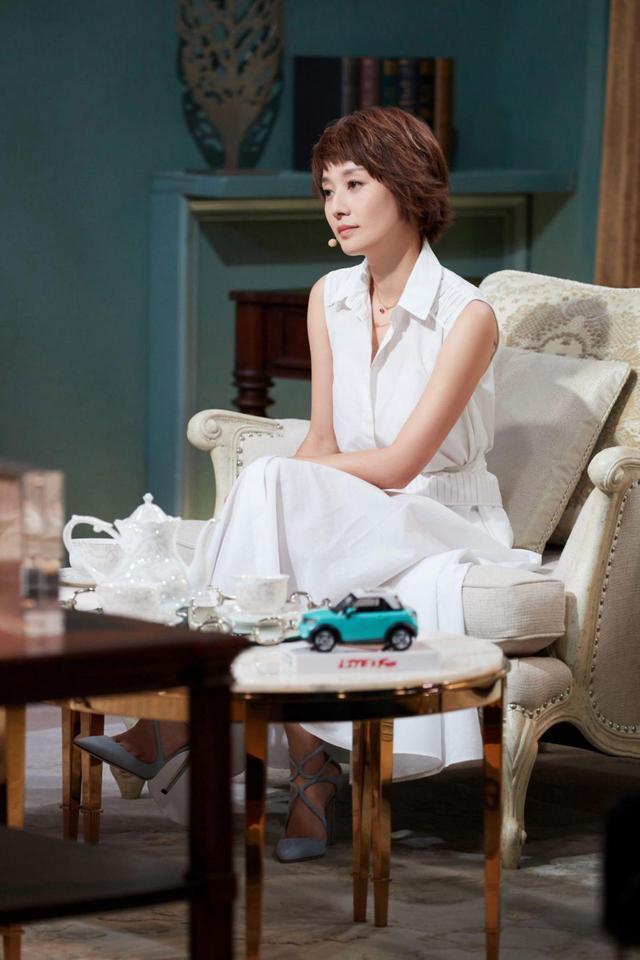 当41岁袁泉和42岁马伊琍同穿白裙,终于见识了气质的高级形式