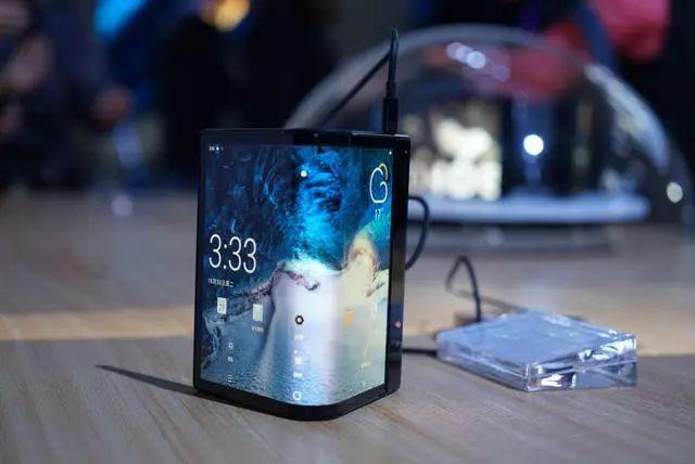 见识一下!全球首款可折叠柔性屏手机曝光 来自...