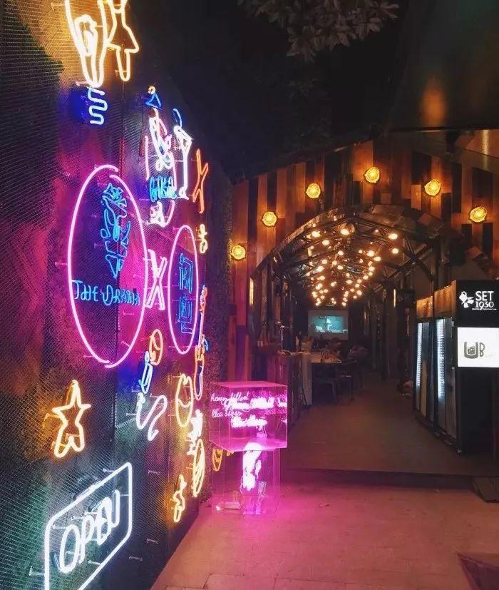 这面霓虹灯墙很酷,跟欧欧很搭.