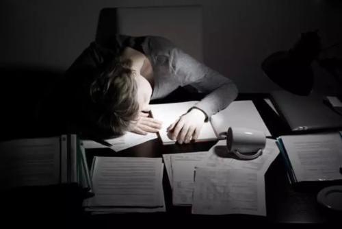 """为考重点大学,高中生到底要不要熬夜?这个家长的回答很""""悲壮"""""""
