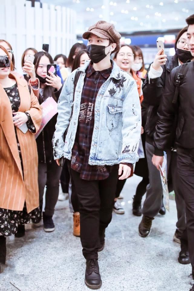 尤长靖穿牛仔外套走机场,整个人又潮又帅气,尤其是帽子抢镜!
