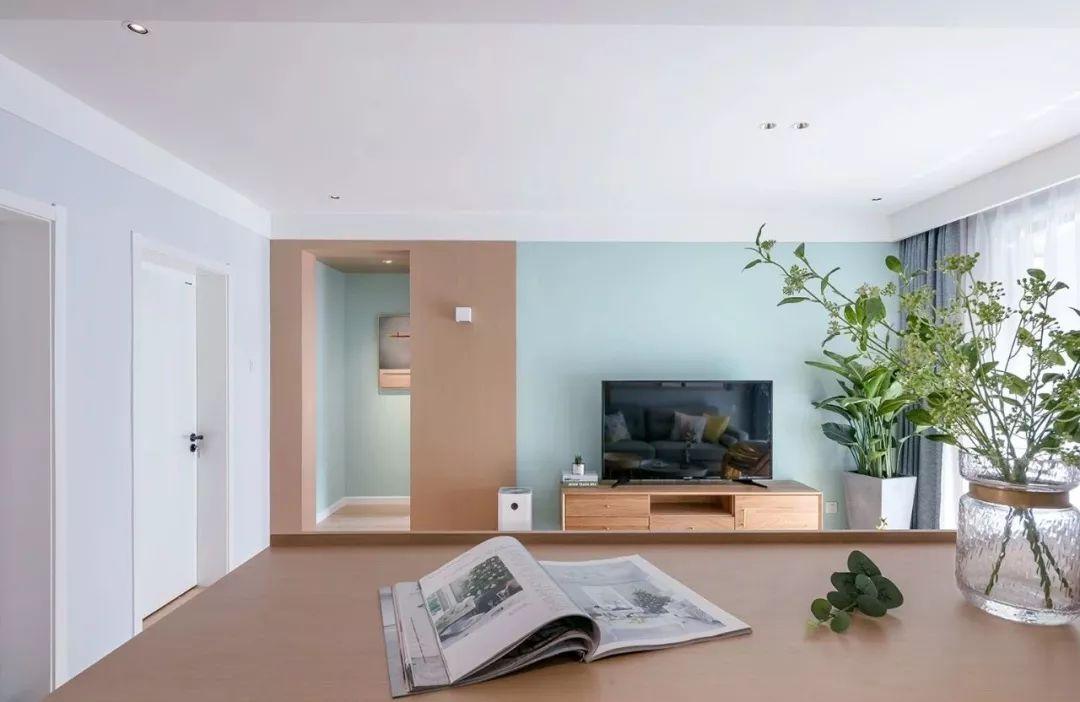 家装墙面乳胶漆_电视墙木色 淡蓝色的乳胶漆,搭配电视柜与一旁的绿植,显得格外的自然