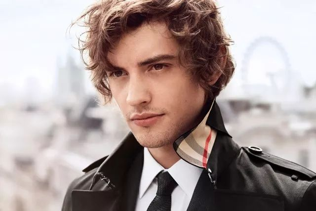 这位28岁的男演员,博柏利的模特,饰演过最出名的角色就是bbc出品的