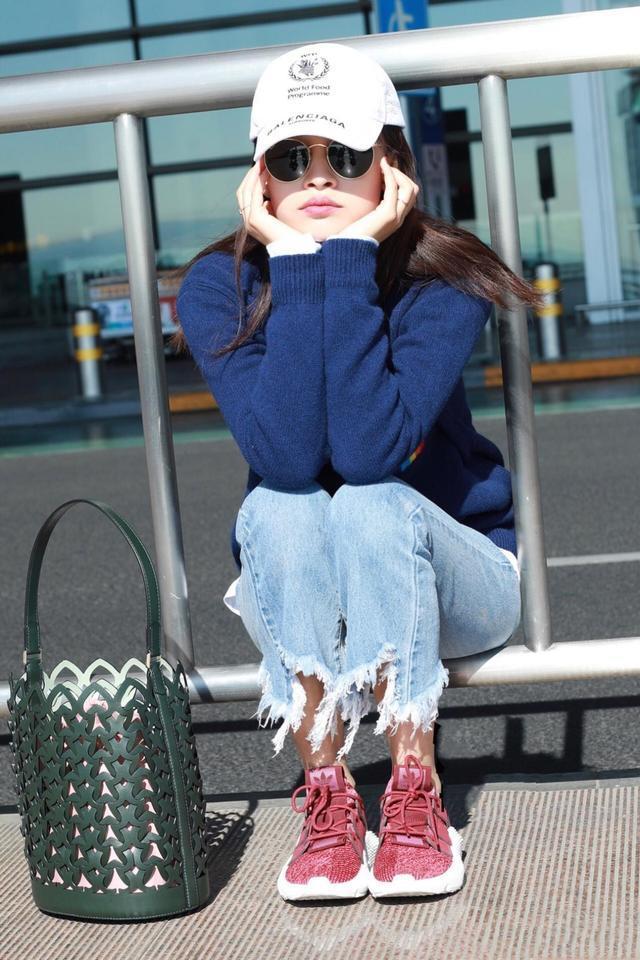 25岁孙怡和34岁张俪撞衫彩虹毛衣,气质差别大却同样惊艳