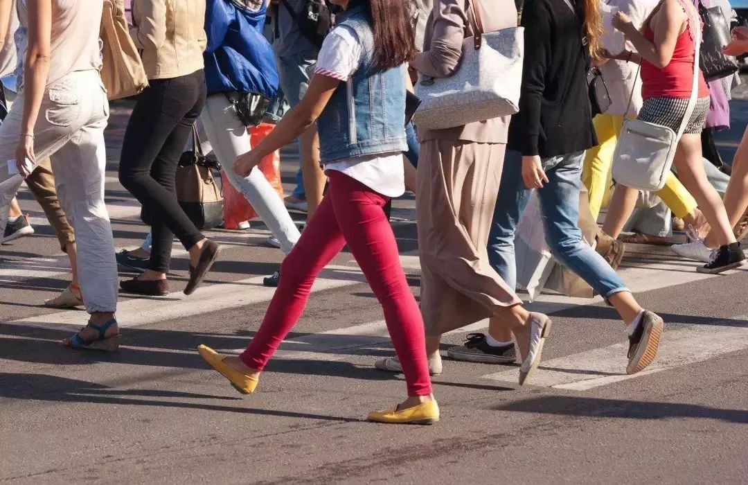 走路姿势不正确,内外八字,都会导致身体重心偏移,尤其早些年非主流