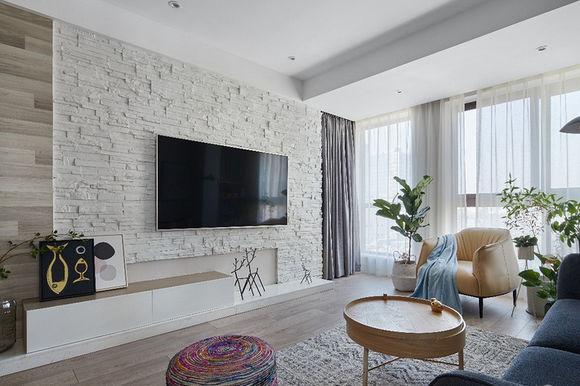 电视墙做了文化石造型设计,原木的包边设计使整个客厅电视墙很简约
