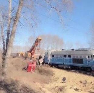 哈尔滨一运粮货车与火车相撞 致列车停运