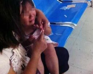 2歲女孩行為異常,總說膝蓋疼,媽媽脫下女孩褲子後直接去醫院