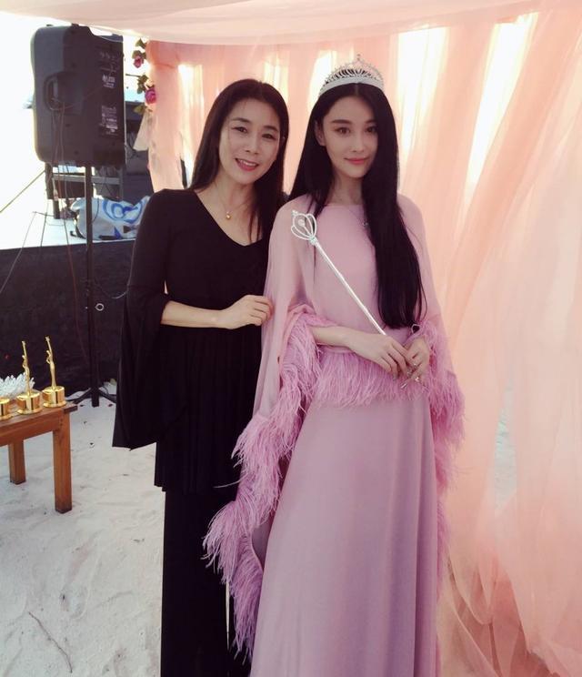 和妈妈姐姐妹妹做爱的故事_刘涛和妈妈站在一起,两个人温馨地自拍,看起来就是姐姐和妹妹.