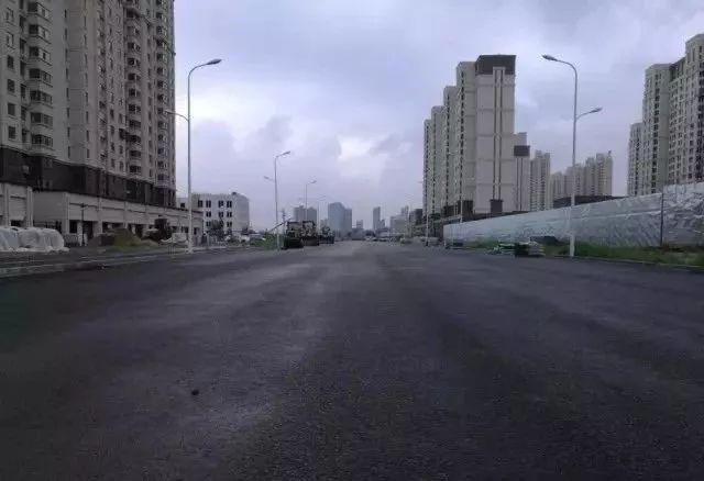 然而在张家口市首条海绵城市示范道路——   经开区长宁大街,暴雨中雨水引流迅速,积水下渗