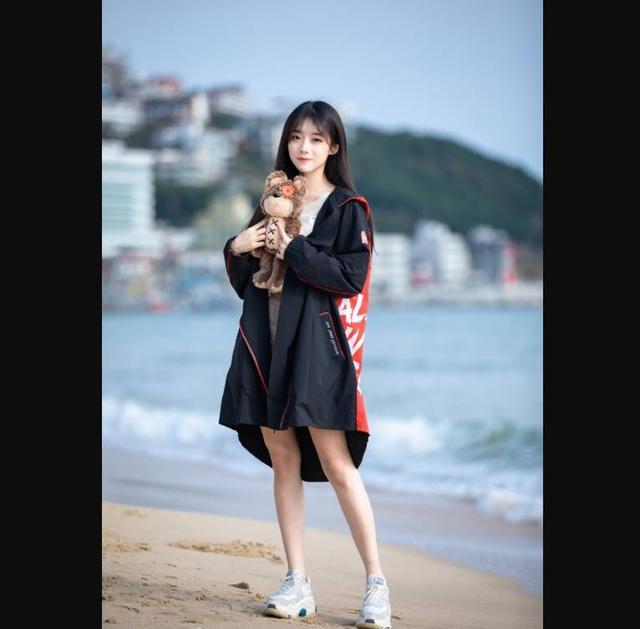 IG战队Rookie公布恋情,原来是官方主持人小钰