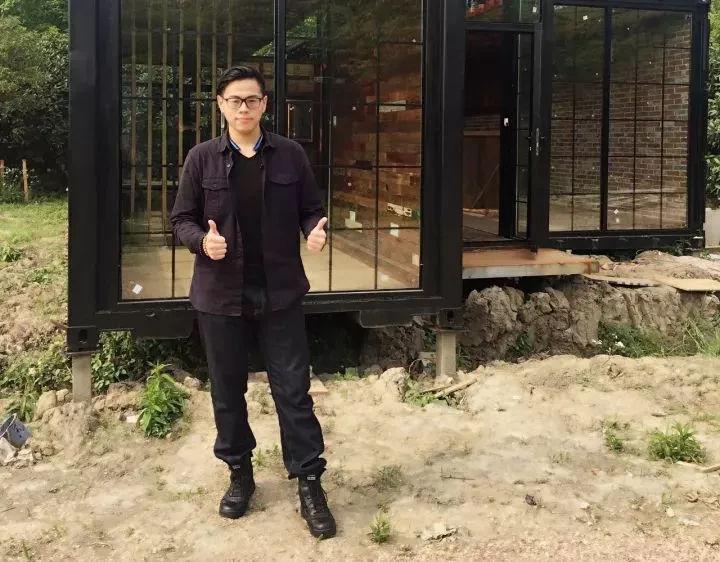 """台湾90后郑大卫在大陆深山老林中创建袖珍智能旅居""""豪宅"""""""