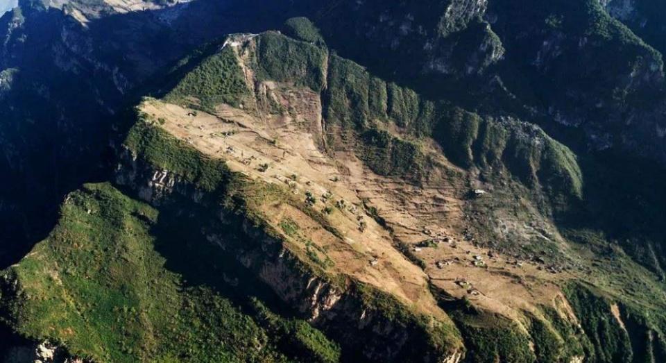 四川这个悬崖上的村子,爬2小时悬崖上学,最大愿望就是修条公路