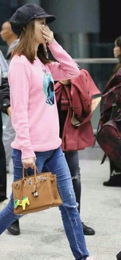 林心如穿粉色卫衣装嫩,底妆没化口红没抹,素颜更显年轻!
