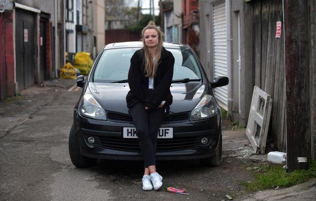 毫无公德心!英国女学生两次在她汽车挡风玻璃上发现人类排泄物