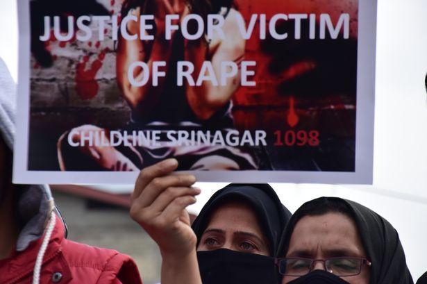 印度4岁女孩在医院重症监护室被5人猥亵,民众举海报、点蜡烛抗议
