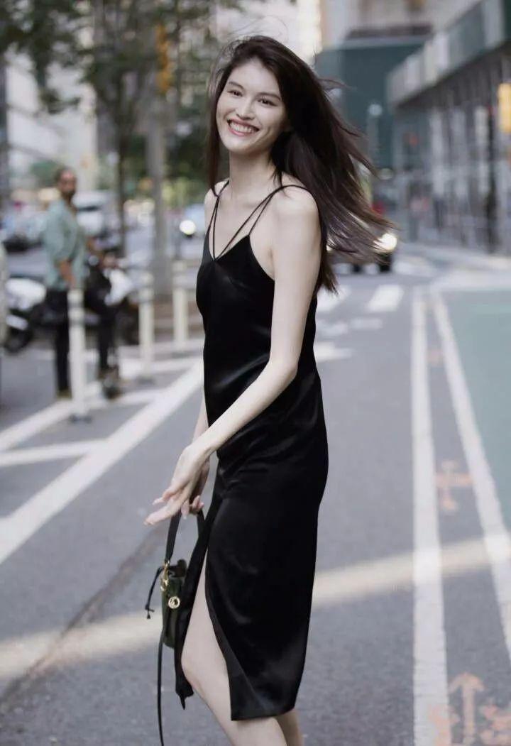 何穗穿吊带加开叉,简单的黑裙也能穿出电灯泡的既视感!