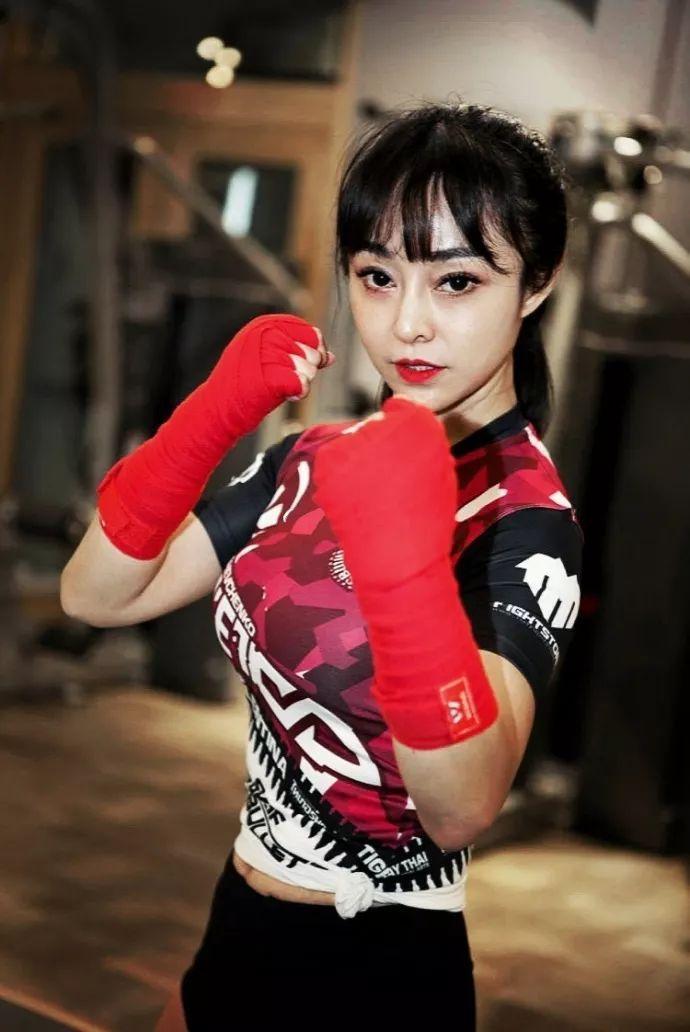UFC中国举牌女郎TOP10刘斐 健身活出另一个自我